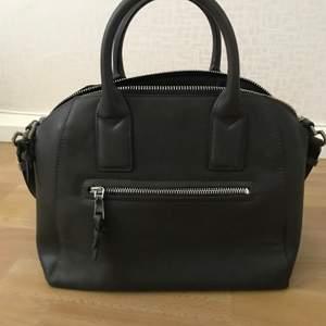 Säljer nu min väska från Mango. Axelband medföljer.   Väldigt få gånger använd, nyskick❤️