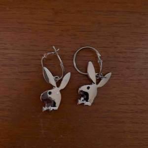 Playboy örhängen i silver, möts upp i Sthlm eller så står köpare för frakt
