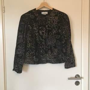 Mönstrad jacka inköpt i vintagebutik. Troligtvis Stl S eller M, lappen finns ej kvar. Gott skick. Frakt betalas av köparen.