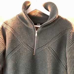 En stickad tröja med drag kedja från bikbok i en grön/turkos aktig färg. Ny pris: 399 kr, mitt pris 150 kr + frakt
