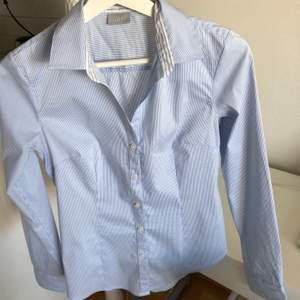 •Väldigt fräsch vit-blå randig skjorta •Storlek 34 •H&M •Easy iron •Slim fit •Aldrig använd, bara upptvättad  📮Kan skickas mot fraktkostnad 🚫Djurfritt och rökfritt hem 📍Kan mötes upp i Mölnlycke