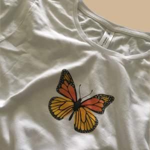 🦋Läs min bio innan du beställer🦋Helt nya kläder som jag trycker själv🌻Bra kvalitet både på tröja och tryck!!Finns i lager i storlekarna  S, M , L , XL och XXL  200 styck Fast frakt 44kr (egna bilder)