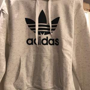 Huvtröja från Adidas i fint skick. Aldrig använd. Storlek:S Köparen står för frakten. Fraktar endast.