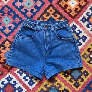 Skitsnygga shorts från 70-talet. Säljer för de är alldeles för små. Står att det är storlek 38 men skulle säga att de är mer likt 36. Frakt tillkommer :)