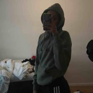 Säljer denna populära gröna hoodie från bilbok i storlek XS/S. Sitter skit fint men kommer inte riktigt till användning, frakt betalas av köparen :)