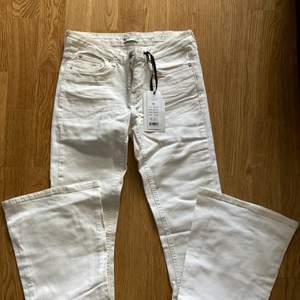 Jeans från Gina tricot helt oanvänd.