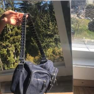 En mörkblå noella väska i fint skick!! Skriv om ni har frågor