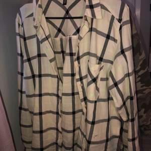 Beige/svart rutig skjorta med gröna detaljer från H&M. Knappt använd så väldigt bra skick! Storlek 44 men sitter som en 38/40. Kan mötas upp i Stockholm, annars betalar köparen för frakten💕