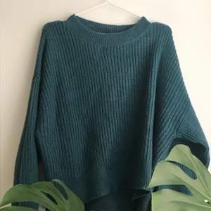 Säljer min grön/blåa stickade tröja ifrån hm, jätte mjukt material och knappt använd.