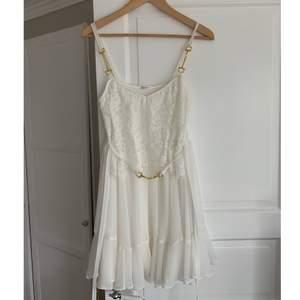 Jöttefin Ida Sjöstedt klänning i nyskick, endast använd en gång! Det är en kort klänning som är ganska liten i storlek. Den är storlek M men är mer som en S. Perfekt klänning till examen/student ! Nypris ca 2200kr. Pris kan diskuteras.