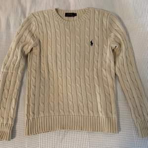 Fin kabelstickad tröja i bra skick i färgen cream från Polo Ralph Lauren. Snygg över en blus eller skjorta. Nypris 1195 kr.