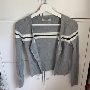 En jättefin tröja som kan användas både som kofta uppknäppt eller som en tröja knäppt. Väldigt liten i storleken, skulle säga att det är en XS.