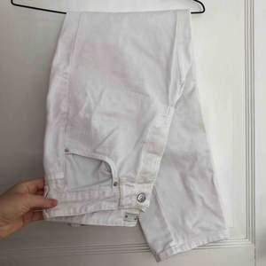 Jättefina vita jeans i storlek 38 som tyvärr blivit för små för mig😢 Köparen står för frakt🌍 Vill bli av med allt så fort som möjligt så kolla gärna in mina andra annonser också 🥰
