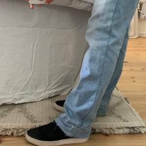 Skor från vagabond. Skorna har ett svagt svart mönster vid tån. Dom går säkert att rengöra ännu mer och passar mig perfekt som brukar ha 38/39 i skor. Nypris 850🐬🐬🐬
