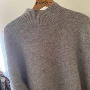 Jätte mysig Turleneck stickad tröja  Köparen står för frakten , kan ge dig personligen ifall du bor iKatrineholm och Linköping