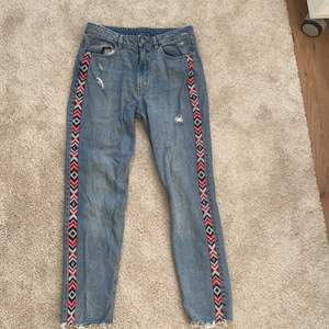 Jeans från h&m använda ca 1-2 gånger. Nypris: ca 399kr. Storlek 40 men skulle säga att de är ganska små i storleken. I väldigt bra skick. Tar endast swish och köparen står för frakt!