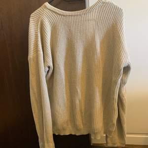 Beige stickad tröja från NA-KD, v-ringad rygg. Storlek S! Mycket fint skick. Skickas mot fraktkostnad eller kan mötas i Stockholm :)