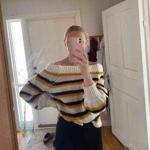 """Säljer denna sköna stickade tröjan från GinaTricot. Urringningen är lite off-shoulder, man kan ha den helt off-shoulder samt """"one-shoulder"""". Köpt för 299kr o är i fint skick!! Köparen står för fraktkostnaden!"""
