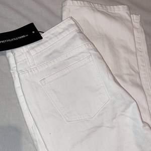 Jättesnygga raka vita jeans från prettylittlething. Helt oanvända pga att dom var förstora, lappen är kvar. Storlek 38. 200 kr plus frakt