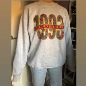 Vintage tröja med riktigt fett tryck ☝️ Size: XL, Hon på bilden är 1,59 för jämförelse 📏 Skickar spårbart 🚚 Bara skriva vid frågor eller funderingar så svarar jag asap ✅