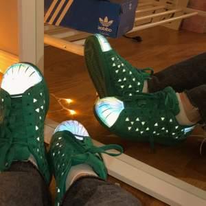 Super coola adidas superstar sneakers med refelx. Reflexen syns bara i direkt ljus. Storleken är 4 1/2 US, men passar mej som har 36/37! Sparsamt andvända. (Frakt tillkommer) 💚💚💚
