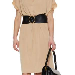 Perfekt Julklapp eller till julfest.         Ny klänning med tags prislappen kvar.          Märke Malene Birger               Hämtas kan frakta spårbar.  Säljer för 1000kr.  Spårbar frakt 63kr betalar köparen