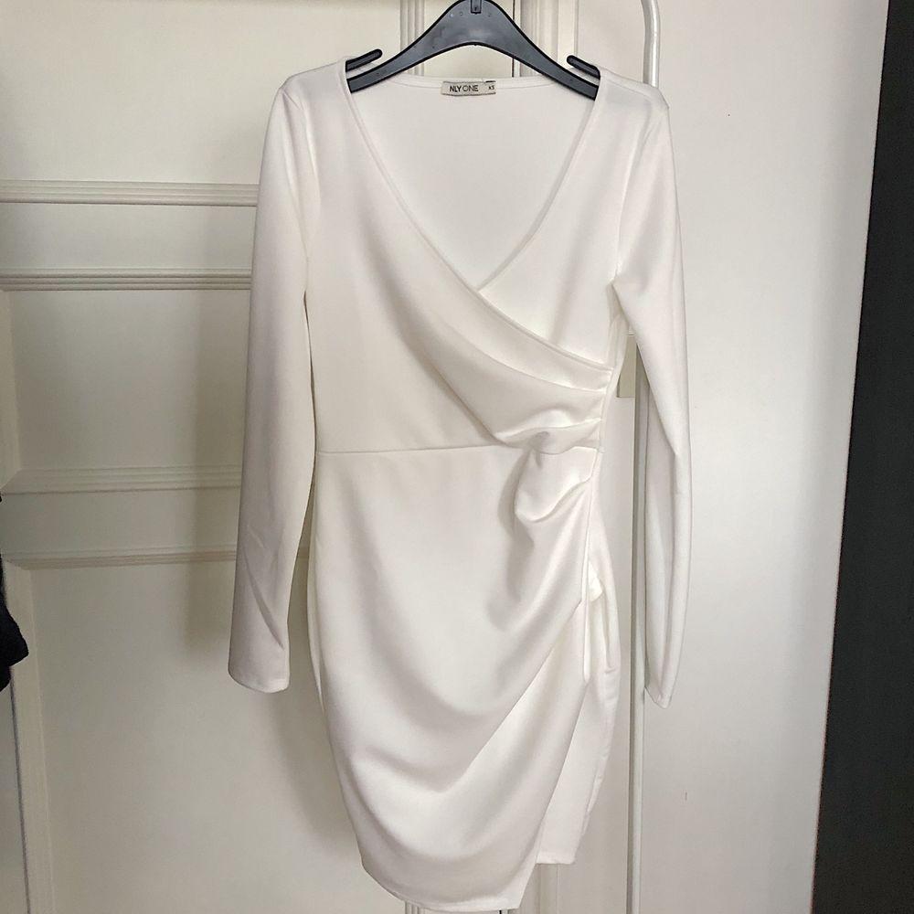 Long sleeve wrap dress strl xs. Aldrig använd. Modellen på bild nr 2 bär strl xs. . Klänningar.