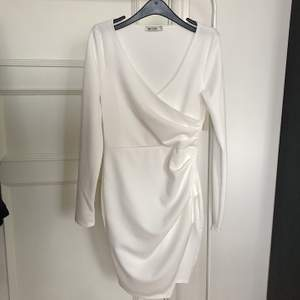 Long sleeve wrap dress strl xs. Aldrig använd. Modellen på bild nr 2 bär strl xs.