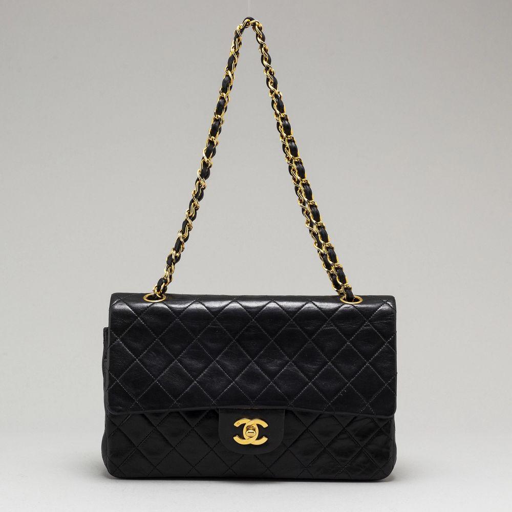 """Chanel """"Gabrielle"""" säljes pga har ny , helt i nyskick, äkthetskort och påse medföljer. Nypris ca 45000. Väskor."""