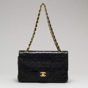 """Chanel """"Gabrielle"""" säljes pga har ny , helt i nyskick, äkthetskort och påse medföljer. Nypris ca 45000"""