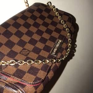 Säljer nu min Lv väska ( ej äkta ) då den kommer inte till användning