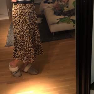 En jätte snygg leopardkjol som var väldigt trendig för ett tag sedan men är fortfarande lika snygg, använd två gånger, bra skick💖💖