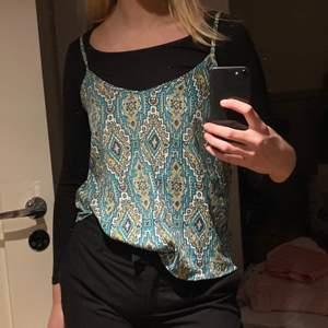 Säljer detta linne i superfint mönster!! Så fint att ha med något under eller bara som det är!!