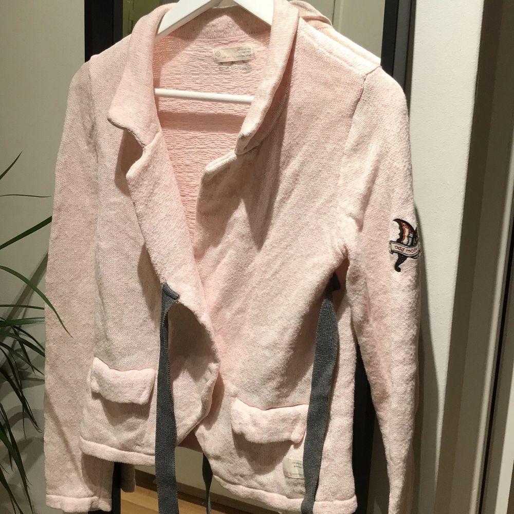 Säljer denna fina ljusrosa oddmolly koftan nu, känner inte att den kommer till så mycket användning som den borde. Perfekt nu i höst till ett par snygga jeans eller kjol! 🍂🍁 280 kr + frakt. . Tröjor & Koftor.