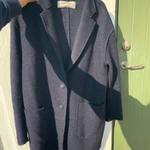Mörkblå kappa från zara🥰 pris går att diskuteras!
