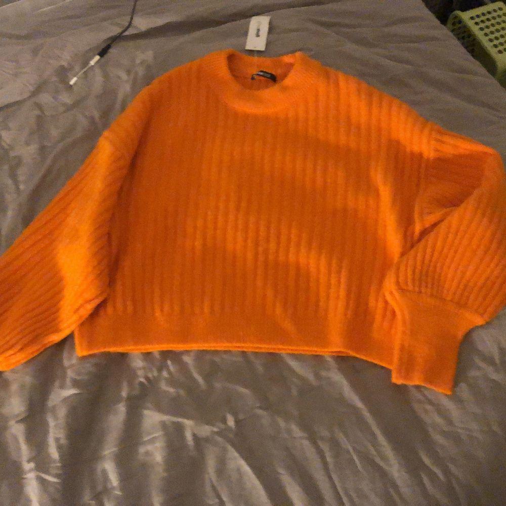 Helt ny orange stickad tröja från Gina. Aldrig använd , nypris 300kr och säljer för 190kr. Stickat.