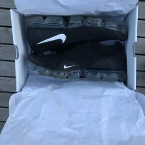 Nike Vapormax gjord med primeknit. Bara använda två gånger. Ordenarie pris 2200kr. Ser helt sprillansnya ut