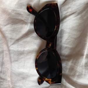 Coola cat-eye solglasögon från Gina Tricot. Onesize.