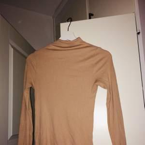 Ribbad beige tröja från Vila med polokrage💕💕 stl M men passar XS-M, frakt tillkommer🥰