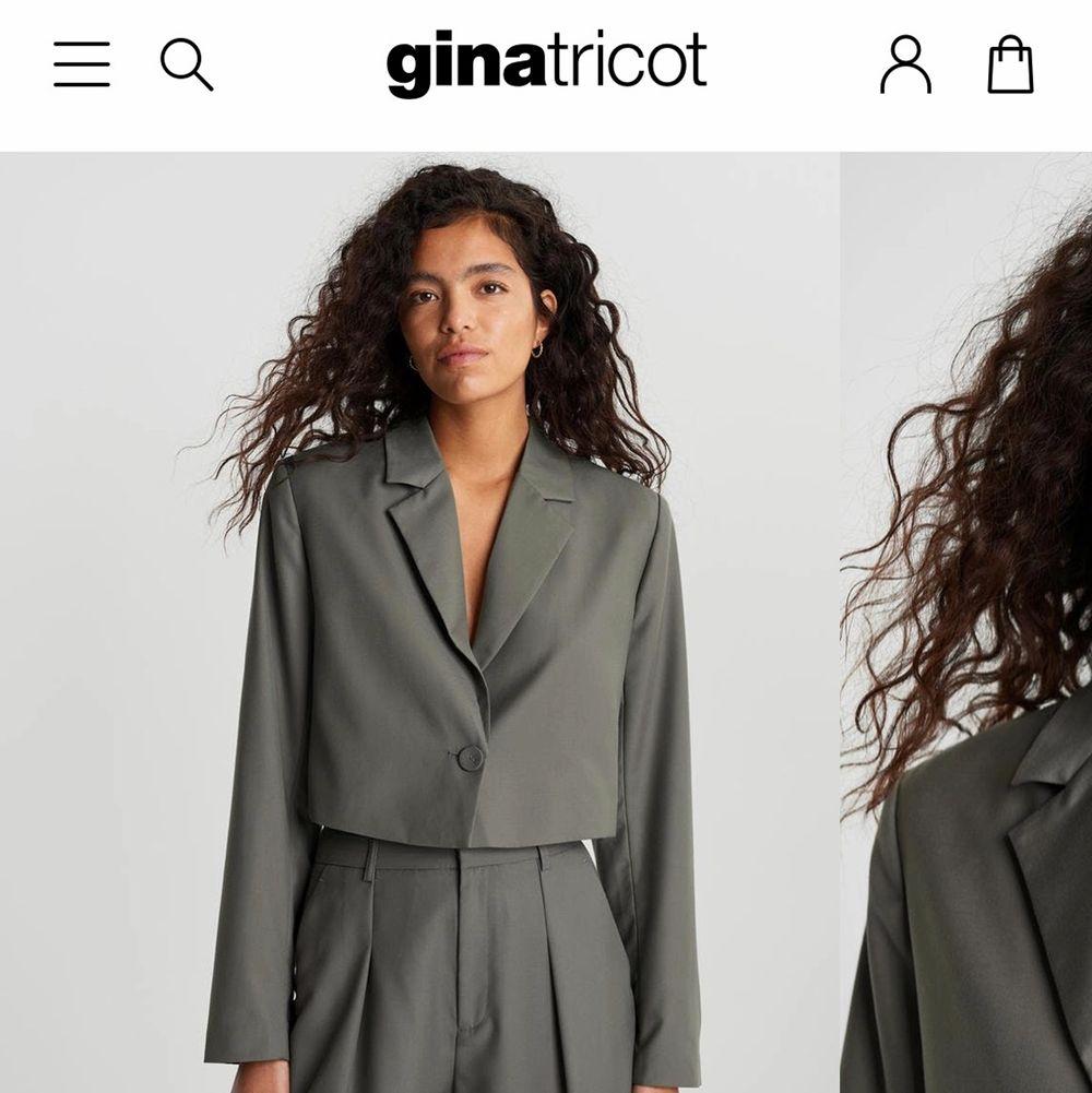 Säljer denna fina linnekavaj då den ej kommer till användning, använd Max 2 ggr! Den är slut på hemsidan i den beiga färgen som jag säljer. 🌸. Kostymer.