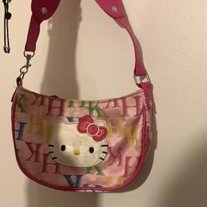Söt väska med hello kitty mönster i fint skick, senaste budet ligger på 100kr