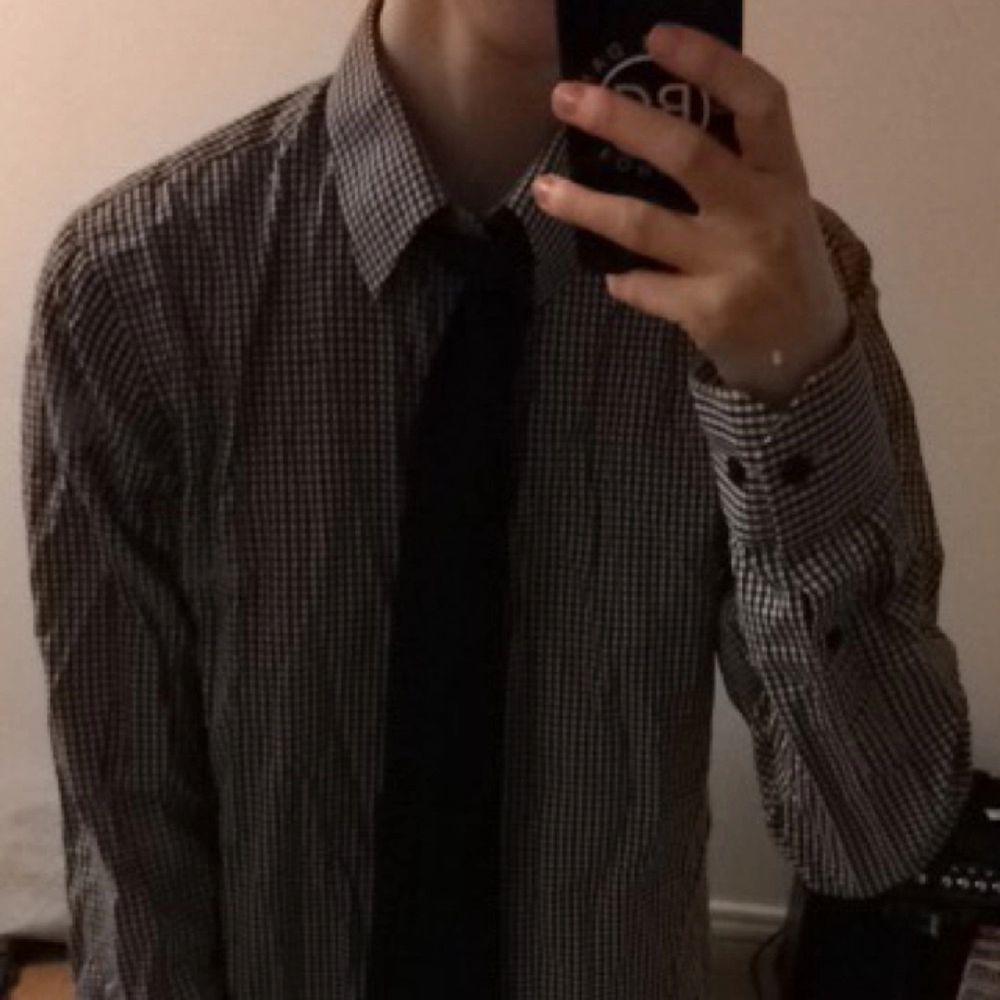 Stilig skjorta säljs pga vuxit ur. Skjortor.
