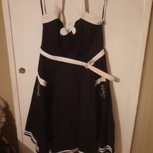 Rockabilly kläning, sailor modell. Jag är ca 170 och den går till mina knän. Använd max 10 gånger, nyskick! Kostar 800kr ny.
