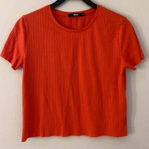 Orange tröja från bikbok i storlek M. 100kr inklusive frakt