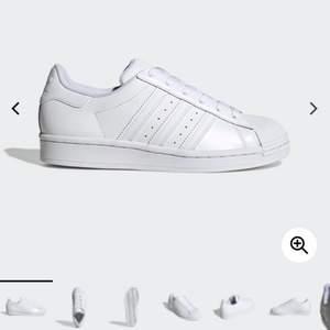 Säljer dessa jättefina adidas skor eftersom de aldrig har kommit till användning. Skriv för mer bilder. Kan mötas upp i Stockholm eller skickas, men då står du såklart för frakten 🥰