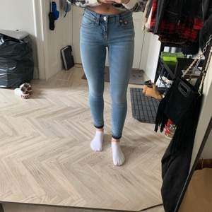 """True Religion Mid-rise skinny jeans """"Jennie curvy"""" den True Religion. Nypris: 1900kr, använda 1 gång. Nyskick. USA strl 26, passar mig som har 34/36"""