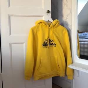 Tenson gjorde en collab med junkyard och detta är en av produkterna! Gul hoodie i xs, men passar mer som en S. Väldigt skönt hoodie som jag använt mycket! Pris går att förhandla.
