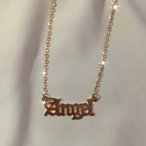 vårt 'angel' halsband 👼🏼✨ 49:- + 11 kr frakt ♡ - hänge med text - guldfärgad kedja ca 45 cm - förlängning detta halsbandet är snyggt att matcha med något av våra andra halsband, till exempel ängel. ♡ - beställning görs via celestesmycken.etsy.com - instagram @celestesmycken 🤍✨ ♡ #smycken #halsband #text #angel #ängel