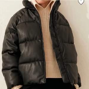 Pufferjacka i fake läder! Köpt från plick men säljer igen pga inte min stil! Buda från 250 i kommentarerna eller köp direkt för 400+frakt 💓💓 HÖGSTA BUD ATM: 300+frakt