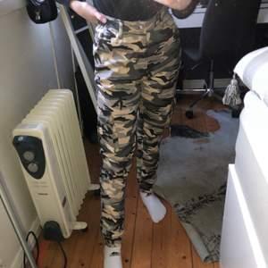 Otroligt coola camouflage cargo pants i grå/beig/svart färg från Madlady i storlek XS. Passar bra på mig som är 160 cm :)